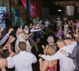 dancefloor-packed-wedding